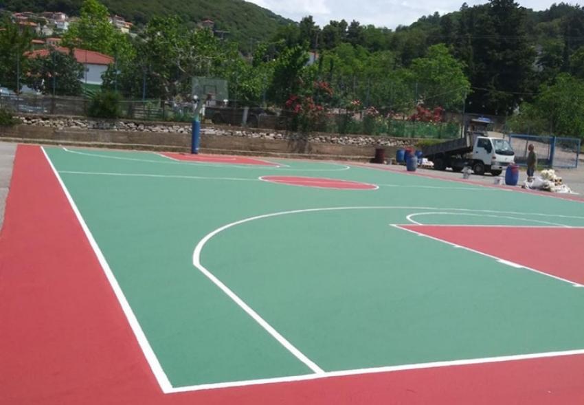 Νέος ασφαλής τάπητας τοποθετήθηκε στο γήπεδο μπάσκετ του Γυμνασίου - Λυκείου Τροπαίων