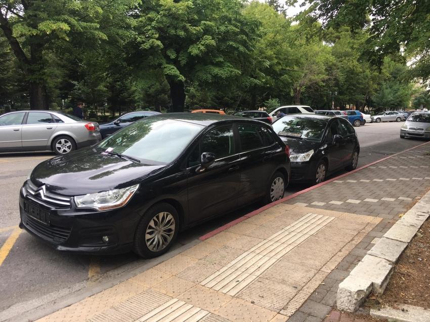 Αφαίρεση πινακίδων και πρόστιμο σε παρκαρισμένα αυτοκίνητα στην Καλαβρύτων