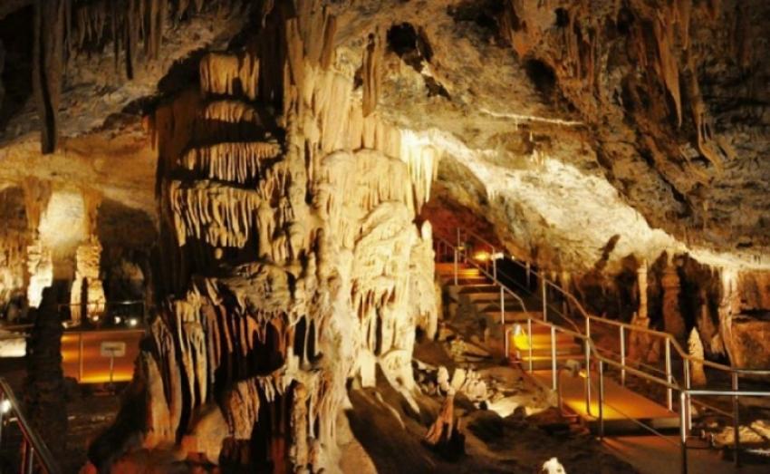 Μουσική παράσταση κάτω από την Πανσέληνο στα Σπήλαια Κάψια | Σάββατο 24/7