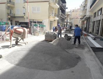 Συνεχίζονται οι εργασίες πεζοδρόμησης στην οδό Κύπρου