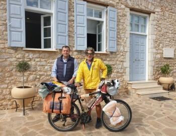 Ποδηλατώντας την Ελλάδα: Στο Άστρος έφρασε ο Κρητικός ποδηλάτης που διασχίζει της Ελλάδα με το ποδήλατό του