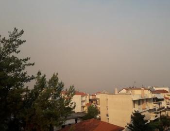 Καπνός και στάχτη δημιουργούν ένα αποπνικτικό σκηνικό στην Τρίπολη